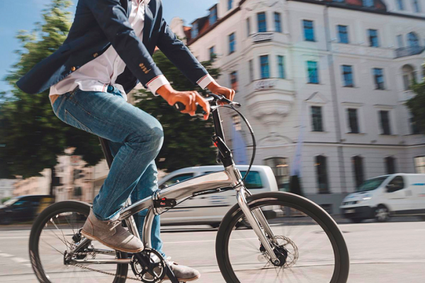 Cruzar un paso de peatones con bicicleta eléctrica: ¿Es legal?